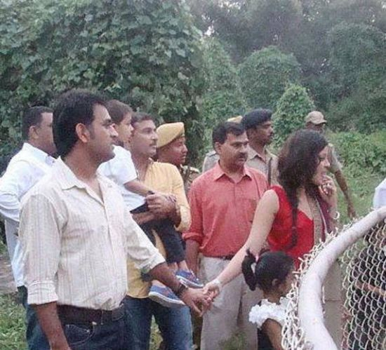 Dhoni in zoo