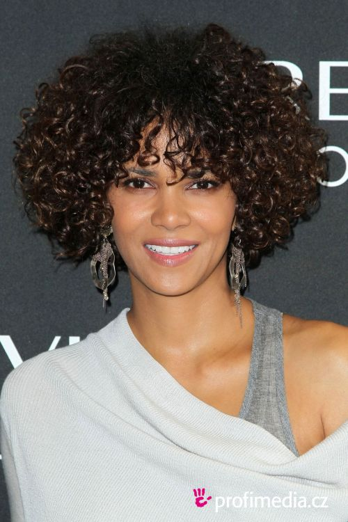Halle Berry Haircuts Short Long Hair Pixie Curly