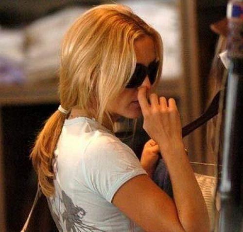 Kate Hudson picking nose